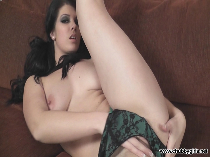 Kandie fingers her pussy